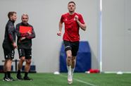 Free agent King trains with Robins